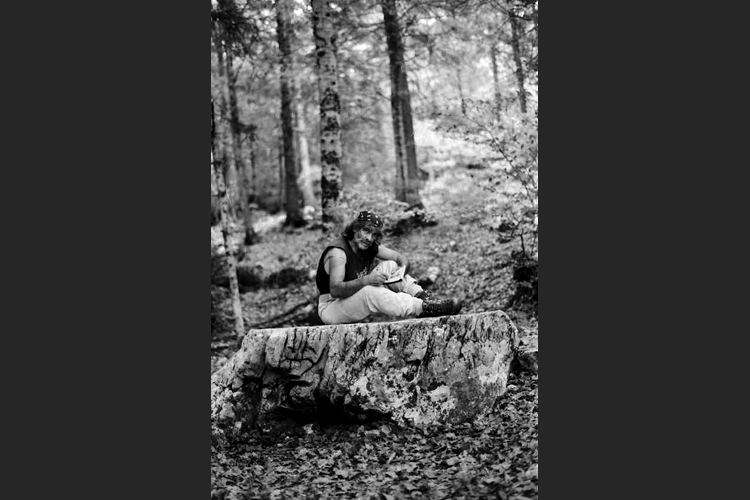 Mauro Corona nel bosco