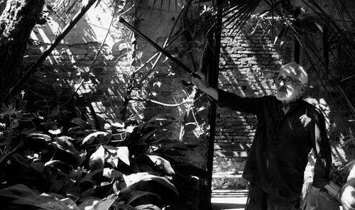Armando Pizzinato nel cortile del suo atelier a Venezia