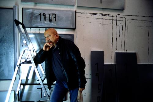 Christian Boltanski nel suo studio di Parigi