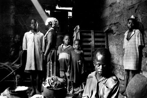 Genifex Nalumansi madre di 11 figli di cui 9 morti di AIDS assieme a parte dei nipoti di cui deve occuparsi