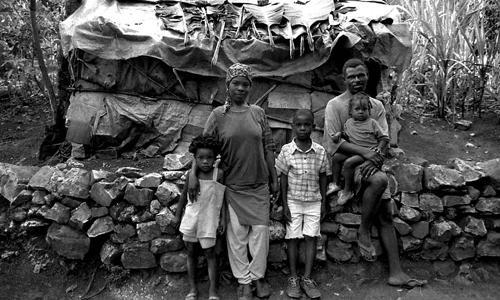 Una famiglia davanti alla propria casa-Port-au-Prince