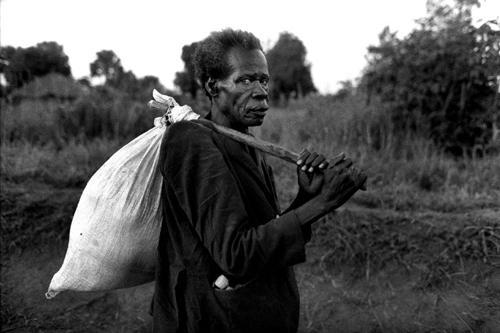 Anziani rimasti soli in cammino verso l'Hospital St. Marys di Lacor-Gulu