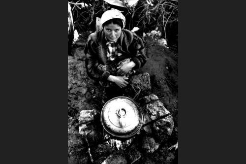 Emine prepara la minestra-Tendopoli di Kesan-Provincia di Edirne