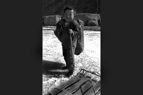 Tra gioco e lavoro sul fiume ghiacciato - Tong Yuang - Gansu